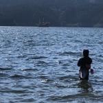 ウェーディングで釣りを楽しむ礒野寛之氏の様子|礒野寛之の釣り日記Part10